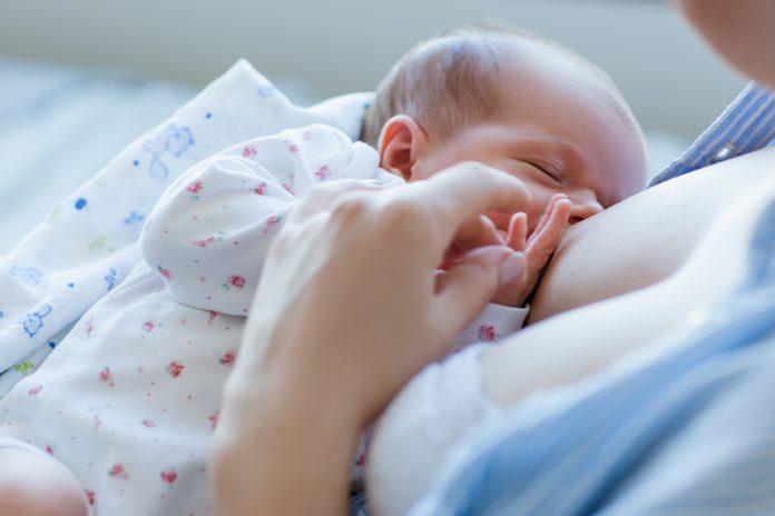 voordelen van borstvoeding voor pasgeborenen. gelukkig moederschap. familiewaarden.