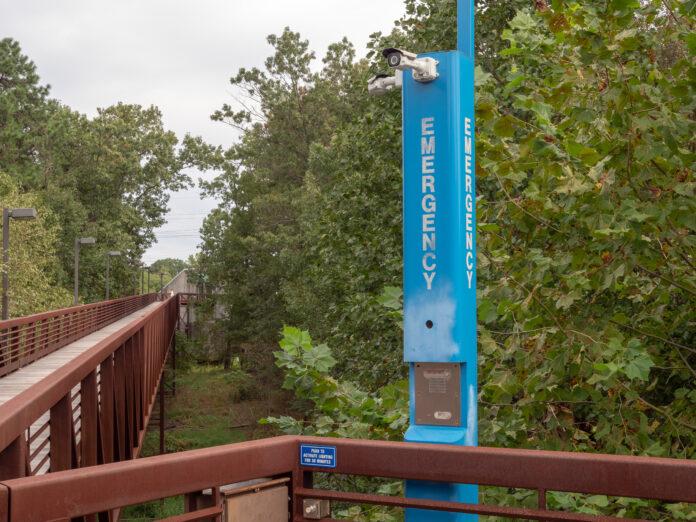 Blaulichtmast für den Notfall in einem ruhigen Holzstegbereich