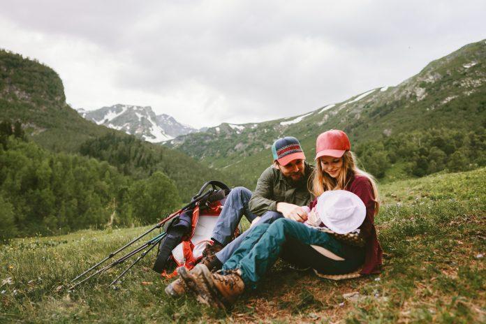 Glückliche Familie Wandern mit Baby in den Bergen Reisen Urlaub im Freien Mutter und Vater Eltern Lebensstil Sommerreise zusammen