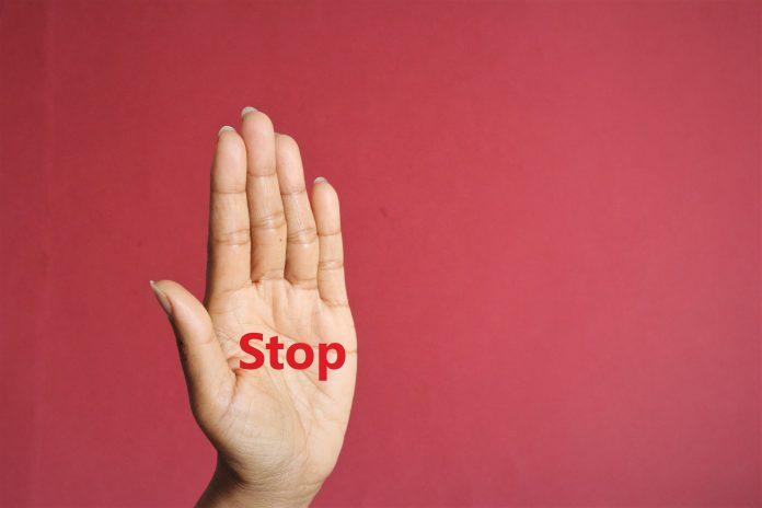 Sing Hand Anschlag Text auf Frauen Palme Foto isolieren auf rosa Vorderansicht kopieren Raum