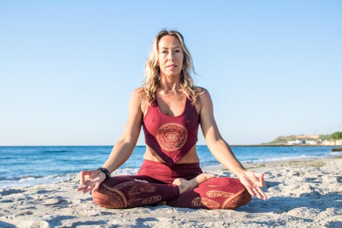 kaukasische gesunde erwachsene Frau mit schönen Körper tun Yoga-Meditation bei Sonnenaufgang am Strand, Yoga-Posen