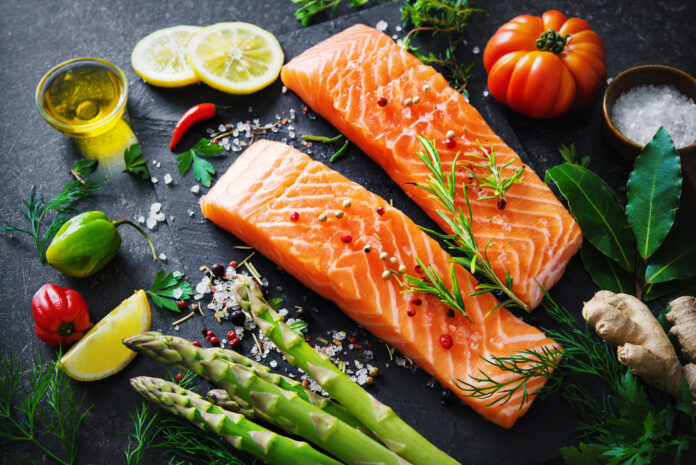 Verse zalmfilet met aromatische kruiden, specerijen en groenten. Evenwichtig dieet of kookconcept