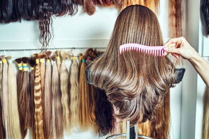 Haarverlengingsmateriaal van natuurlijk haar. haarmonsters van verschillende kleuren