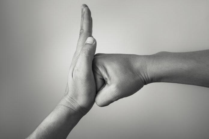 Ręka powstrzymująca atak ciosu innej ręki.
