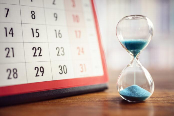 Uurglas en kalenderconcept voor tijd die wegglipt voor belangrijke afspraakdatum, schema en deadline