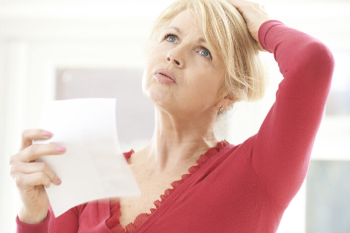 Oudere vrouw ervaart opvliegers door menopauze