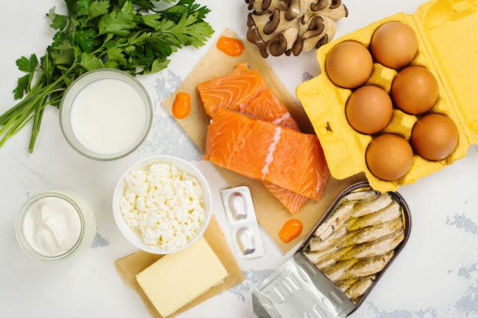 Natürliche Quellen von Vitamin D und Calcium. Gesunde Lebensmittel Hintergrund. Ansicht von oben. Platz für Text