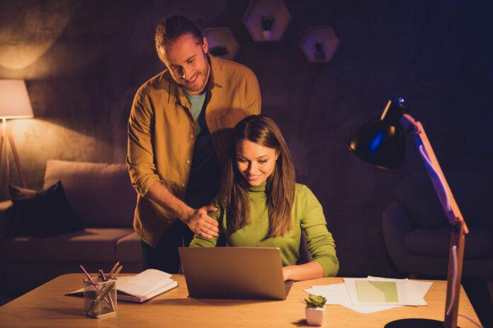 Nette attraktive reizend fröhlich fröhlich Paar Mädchen Geld verdienen arbeiten, home-based Erstellen von Web-Design Kerl Unterstützung Geschlecht Konzept in der Nacht dunkel nach Hause Haus Wohnung