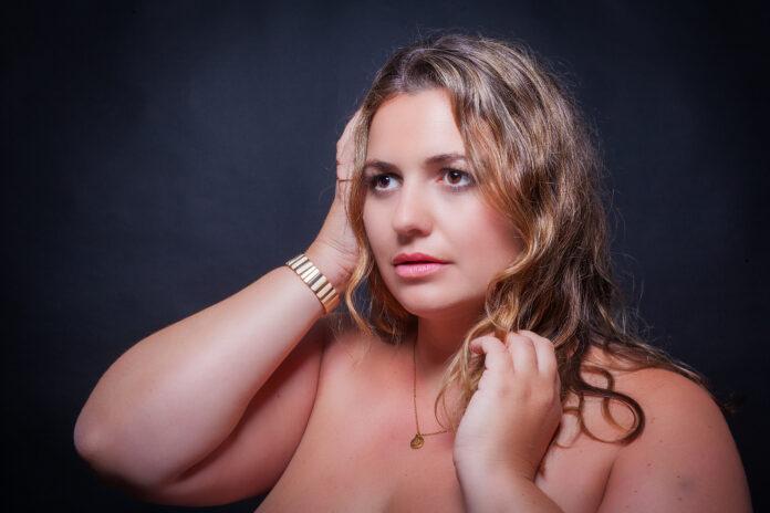 Portrait d'une belle femme obèse aux gros seins. Modèle blond en surpoids.