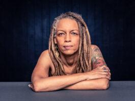 Retrato de una mujer afroamericana segura de sí misma con rastas