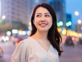Jeune femme asiatique marchant dans la rue la nuit