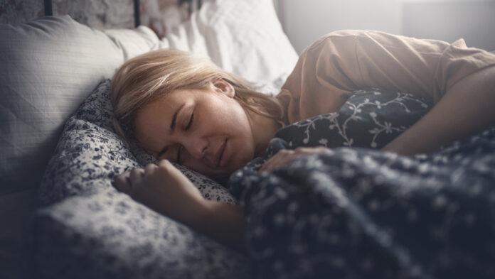Attrayante femme blonde dormant paisiblement. Vue de côté. Horizontale.