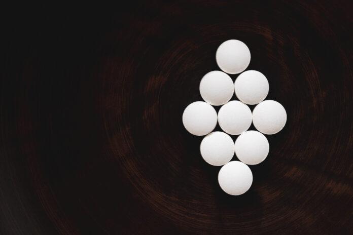 Concept géométrique des pilules de DHEA, suppléments biologiquement actifs