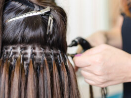 Main de femme améliorant les cheveux dans un salon