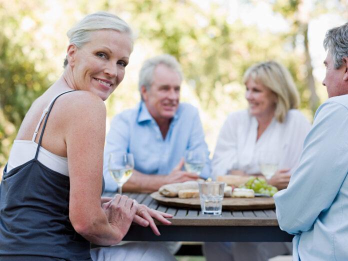 Vrienden bij maaltijd buitenshuis