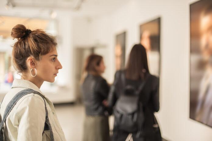 Gruppe von Frauen, die moderne Malerei in einer Kunstgalerie betrachten. Abstrakte Malerei