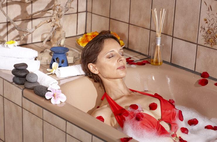 Une femme d'âge mûr aux cheveux bruns profite de ses soins au spa.