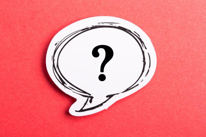 Fragezeichen Sprechblase isoliert auf rotem Hintergrund.