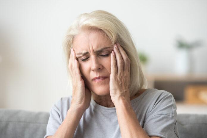 Upset mittleren Alters ältere Frau massiert Schläfen berühren schmerzenden Kopf Gefühl starke Kopfschmerzen oder Migräne Konzept, traurig müde gestresste ältere ältere reife Frau leiden unter Schmerzen oder Schwindel