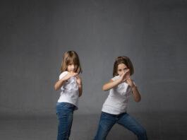 dzieci w obronie karate, ciemne tło