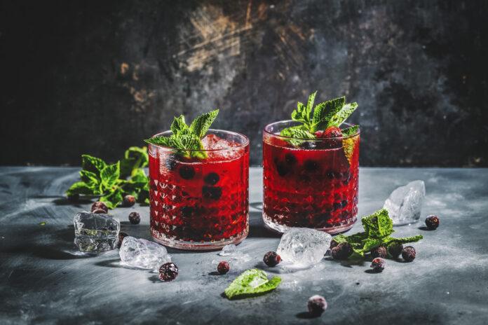 Leckerer, frisch gemachter Getränkecocktail mit Brombeeren und Minze. Wird in Gläsern serviert. Nahaufnahme