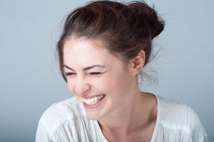 Junge Frau mit einem schönen Lächeln Junge Frau mit einem schönen Lächeln