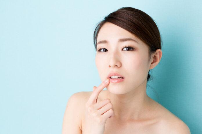imagem atraente de mulher asiática isolada sobre fundo azul