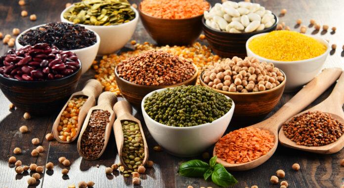 Composition avec une variété d'ingrédients alimentaires végétariens.