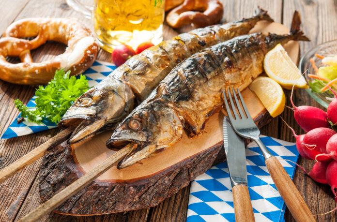 Oktoberfest menu. Gegrilde makreelvis met bier en krakeling geserveerd op tafel